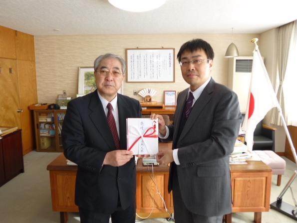 岩泉町の中居副町長(左)と田中経営学部長