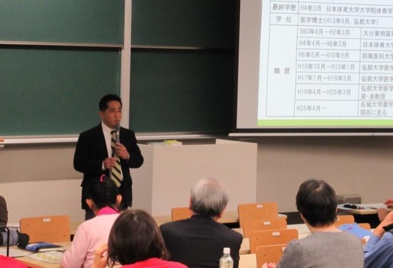 講演する梅田孝教授