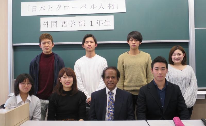 シンポジウムでプレゼンテーションを聞く外国語学部の1年生たち