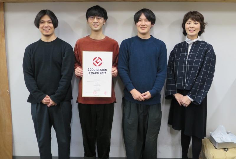 賞状を手にする学生と生田准教授