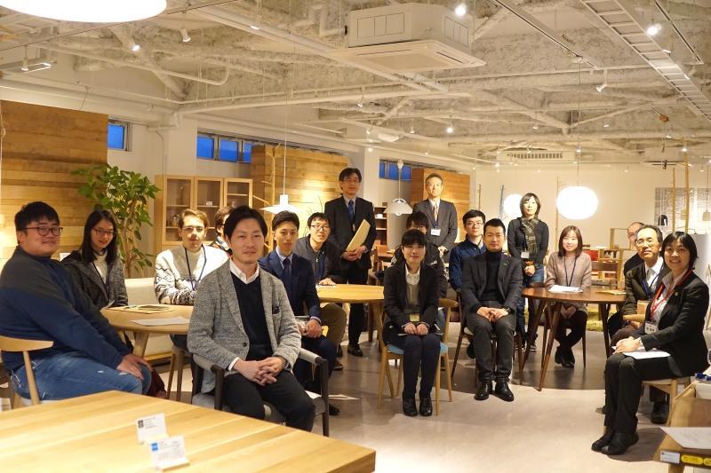 日進木工株式会社ショールームで記念撮影