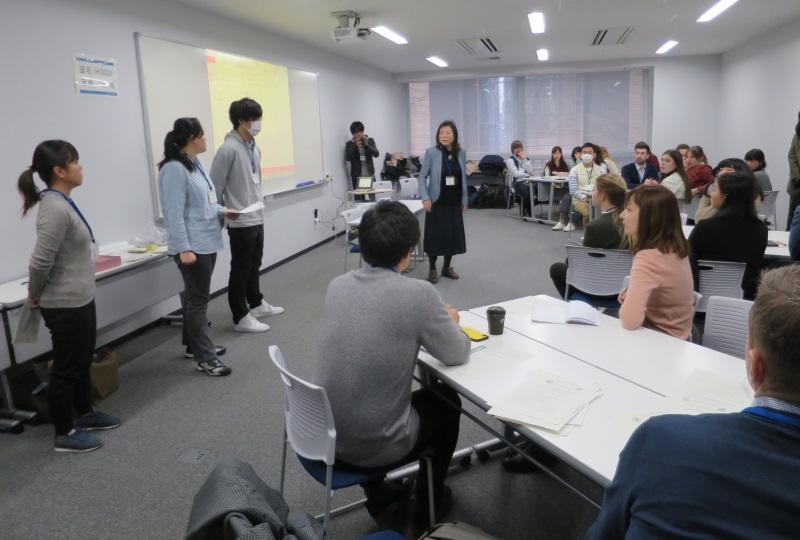 佐土井教授(中央)と日露の学生たち