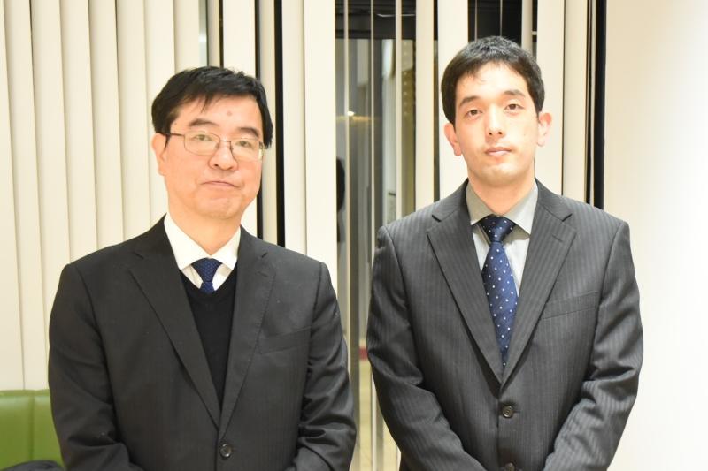 大野真弘さん(右)と近藤敦学部長