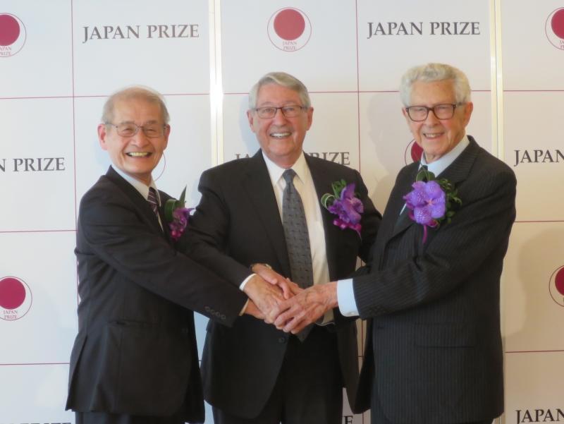 他の受賞者と握手をする吉野教授(左)