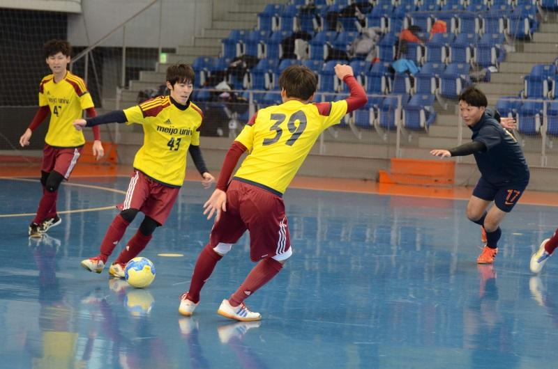 フットサルの試合に参加する蹴球部の学生ら
