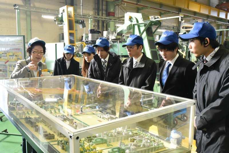 工場を見学する学生ら