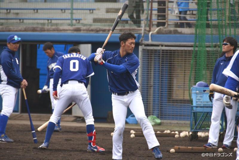 打撃練習する近藤弘基選手(中央)
