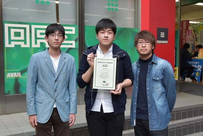 (左から)吉田さん、谷川さん、内山さん