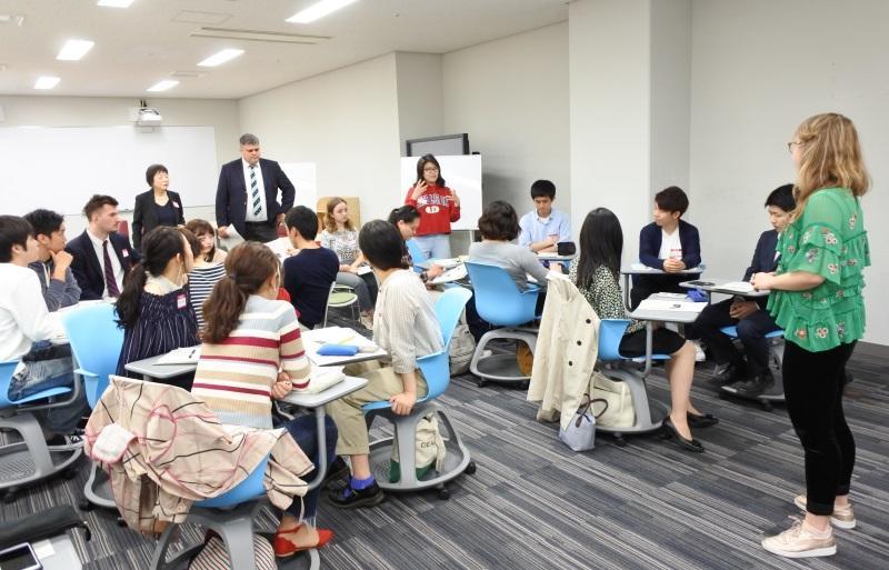 リーダーに求められるスキルを述べる学生