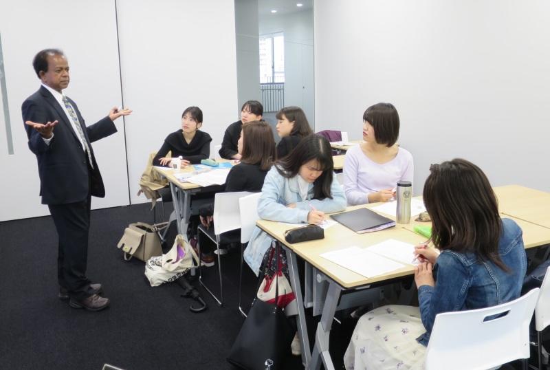 英語でゼミを進めるクマーラ学部長と3年生たち