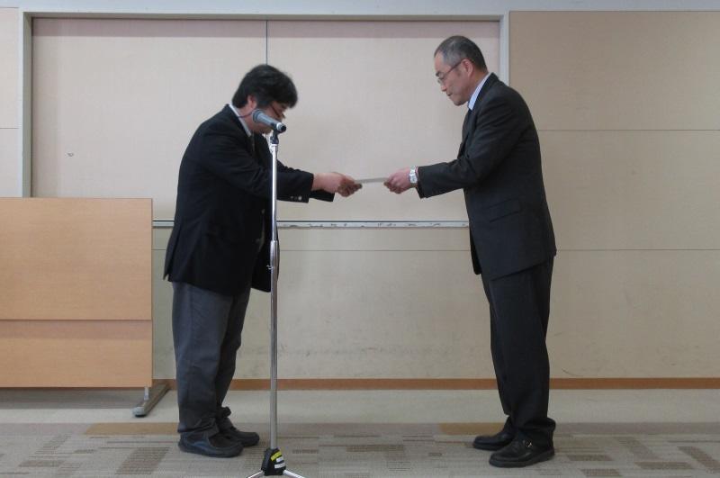 伝達書を平松所長(左)から授与される津呂教授