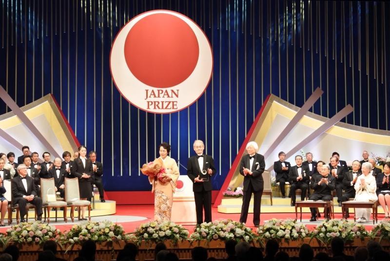 授賞式で天皇、皇后両陛下から拍手を送られる吉野教授夫妻