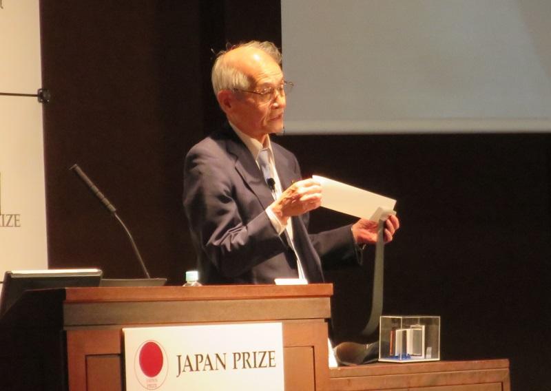 リチウムイオン電池の構造を実演を交えて説明する吉野彰教授