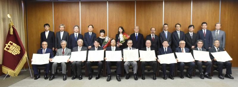 新たに名誉教授となった11氏と授与式参列者