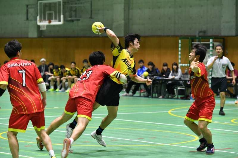 ゴールを決めようとする最優秀選手賞の坂井龍之介さん