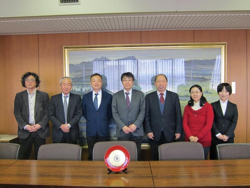 (左から) 瀬川主任教授、佐々木取締役、藺副教授、田中研究科長、齊教授、村松教授、張丹蓉さん