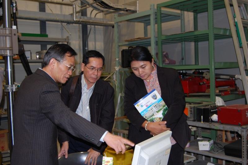葛教授から説明を受けるシン・ソウ学長(中央)とカイ・ティ・ルイン学長(右)