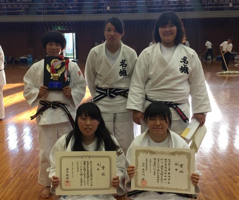 優勝を喜ぶ女子チーム=愛知県武道館で