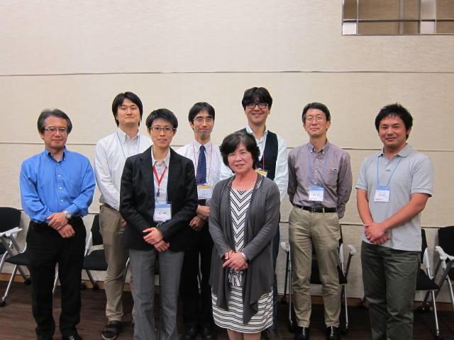 懇親会での記念撮影。前列中央が川合眞紀所長、その左が世話人の椴山儀恵先生。右端は正岡先生。