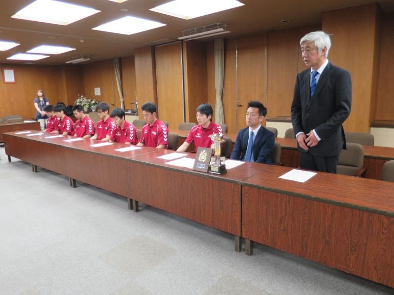 優勝報告する山田豊教職員部長(右端)