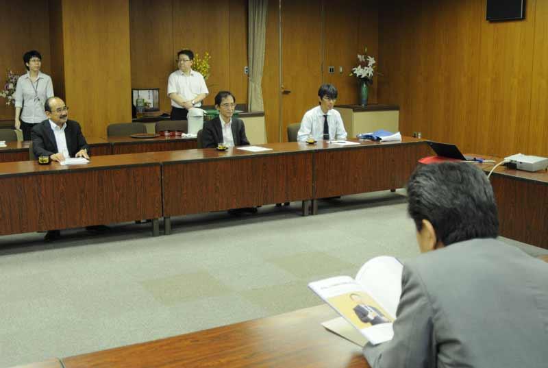 意見交換する(向こう側左から)吉久学長、上山教授、竹内教授
