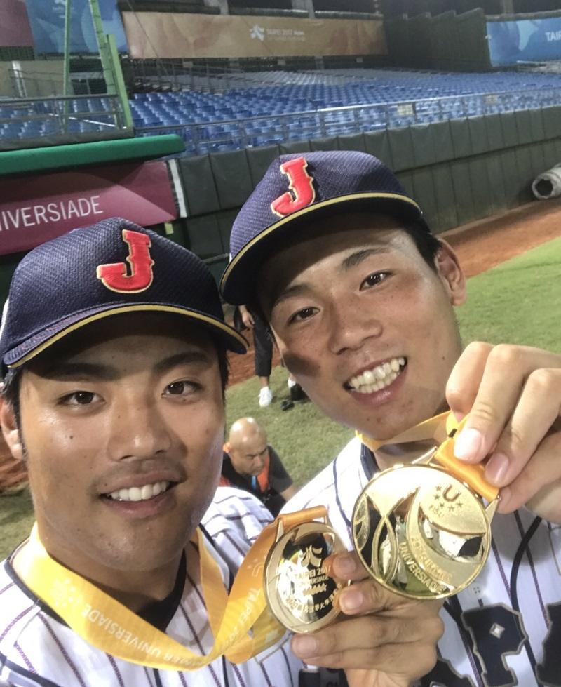 金メダルを手に満面の笑みの栗林投手(右)