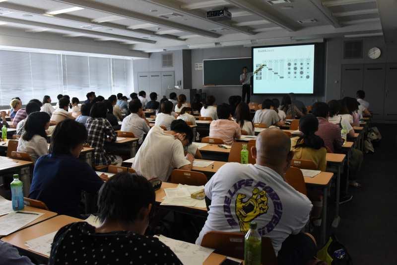 澤田准教授の講演を聞く学生ら