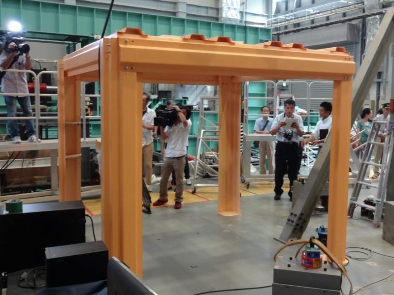 実験を行った住宅用高性能耐震シェルター