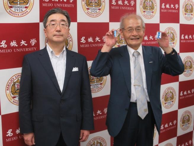 リチウムイオン電池を持つ吉野教授(右)と、磯前副学長