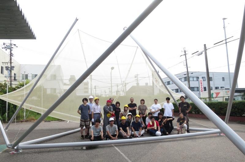 2016年9月に完成した「月灯りの移動劇場」と建築学科の学生ら=名古屋市中川区で