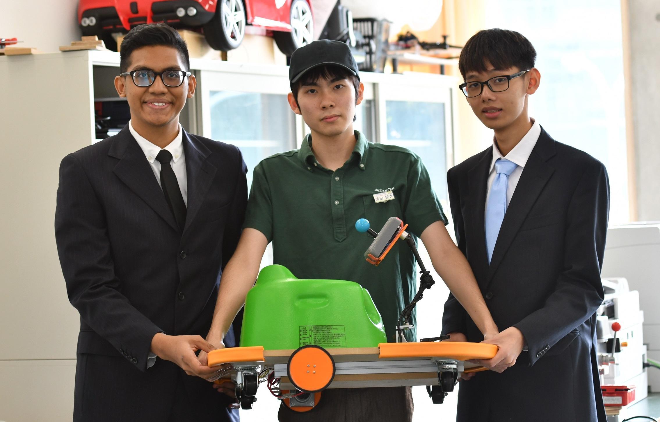 専攻科の生徒(中)とナンヤンポリテクニックの生徒