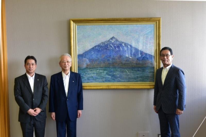 附属高校へ寄贈された「利尻富士」と岩崎政次校長ら(右)
