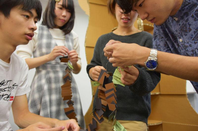 細かな作業に苦心しながら展示の準備をする学生たち