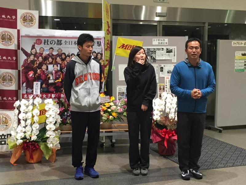 (右から)大学に到着しあいさつする米田勝朗監督、中尾真理子コーチ、北本隼ランニングコーチ