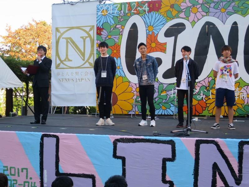 ミスター名城に選ばれた青木さん(右から4人目)=天白キャンパスで