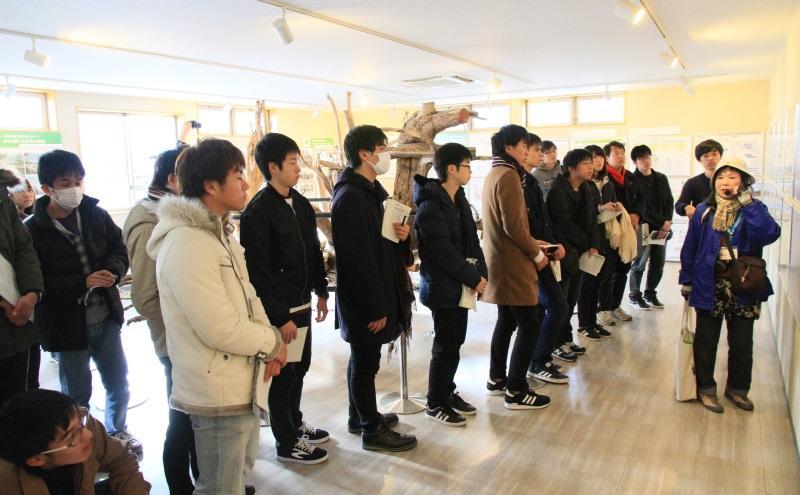陸前高田復興まちづくり情報館で震災語り部の説明を聞く参加者