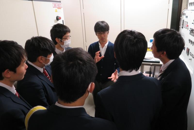 窒化物半導体のウエハーを作る装置の説明をする竹内教授