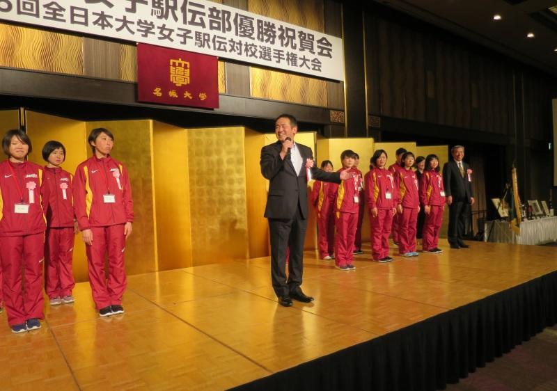 「二連覇を目指したい」と抱負を述べる米田勝朗監督