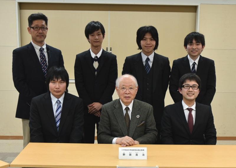 野依客員教授(前列中央)と教員、大学院生