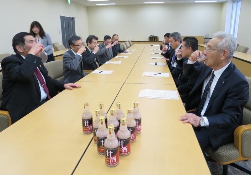 甘酒を試飲する農学部教授陣(左側)とJAなごや幹部