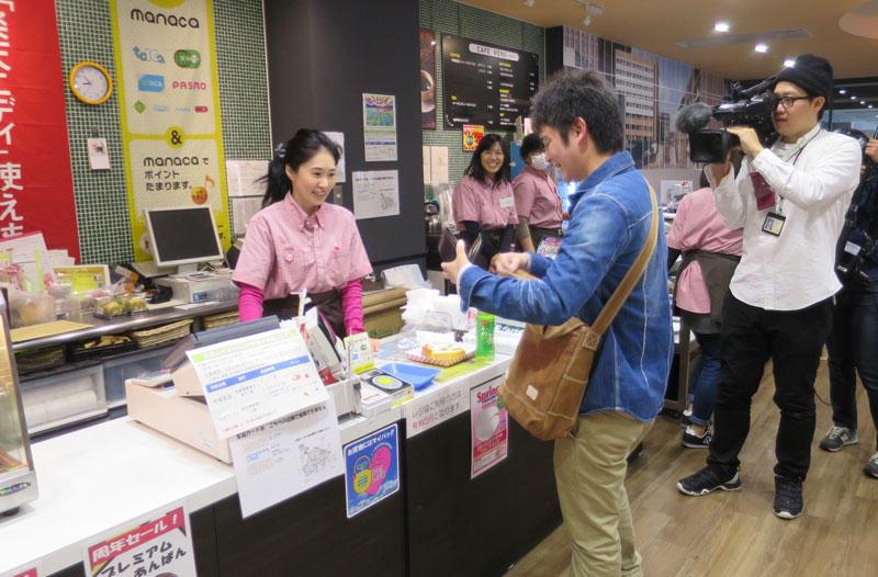 ラボカフェで100円朝食を買う大学院生(2017年実施時)