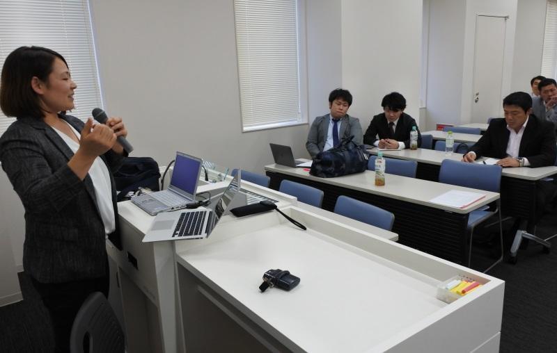 柔道の五輪金メダリストの古賀稔彦さん(右)らの前で研究発表をする谷本歩実さん(左)
