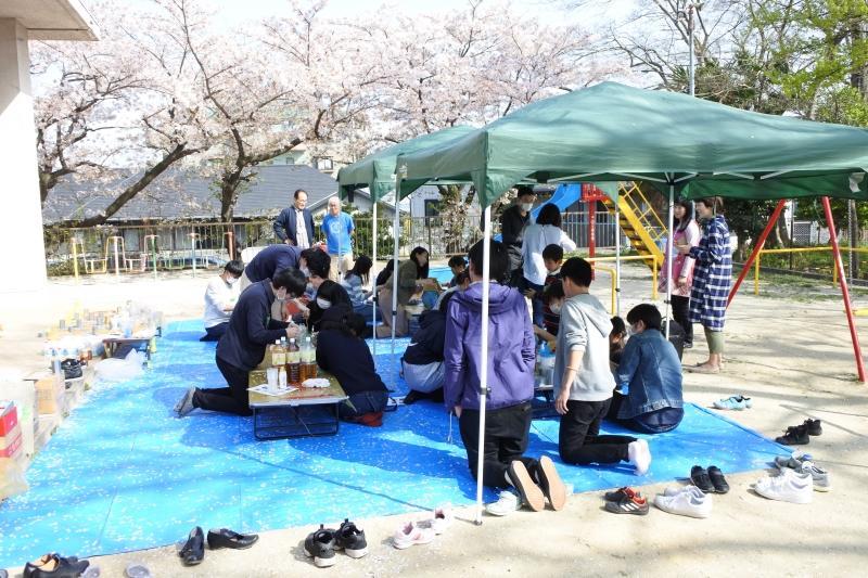 花吹雪の中で行われた亀崎児童センターでのワークショップ