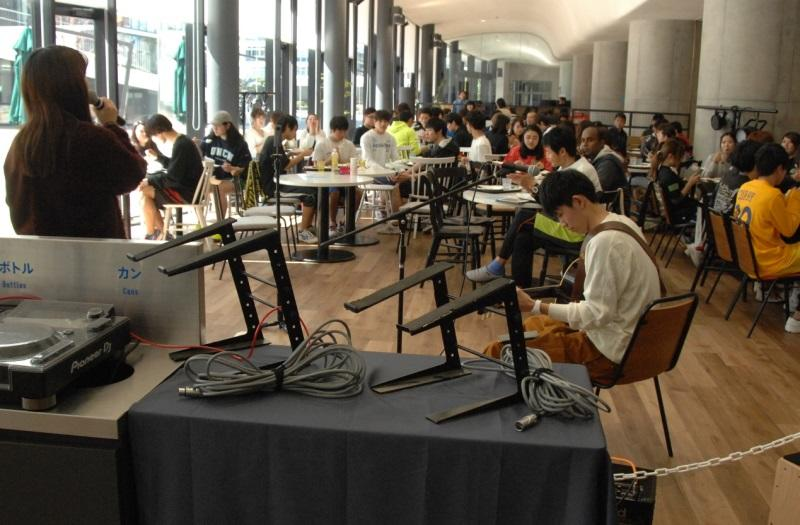 MU GARDEN TERRACEでコンサートを楽しむ学生たち