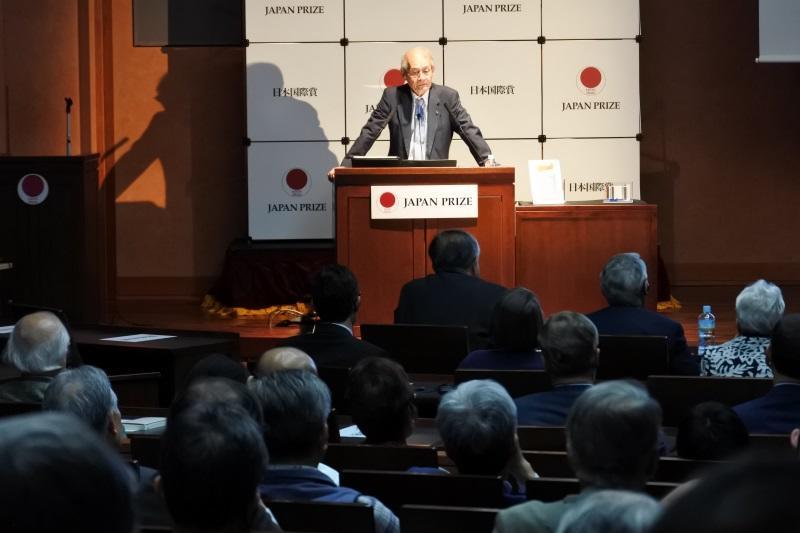 受賞記念講演をする吉野教授