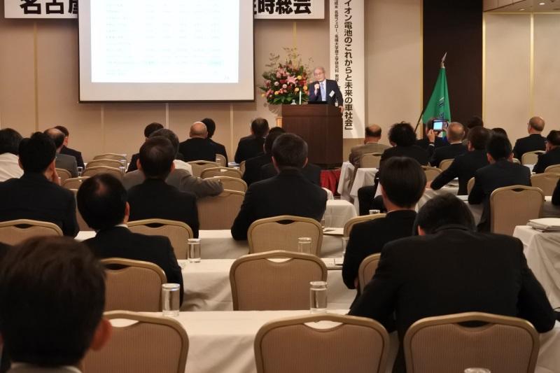 経済人を前に話を進める吉野教授