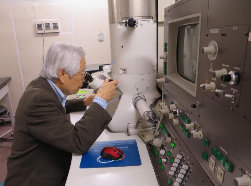 天白キャンパス11号館で電子顕微鏡に向かう飯島名誉センター長