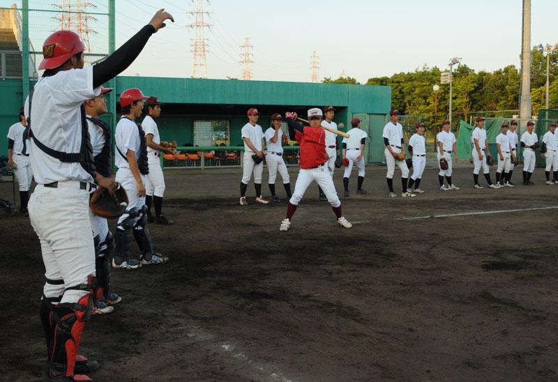 練習する硬式野球部員=日進総合グランドで