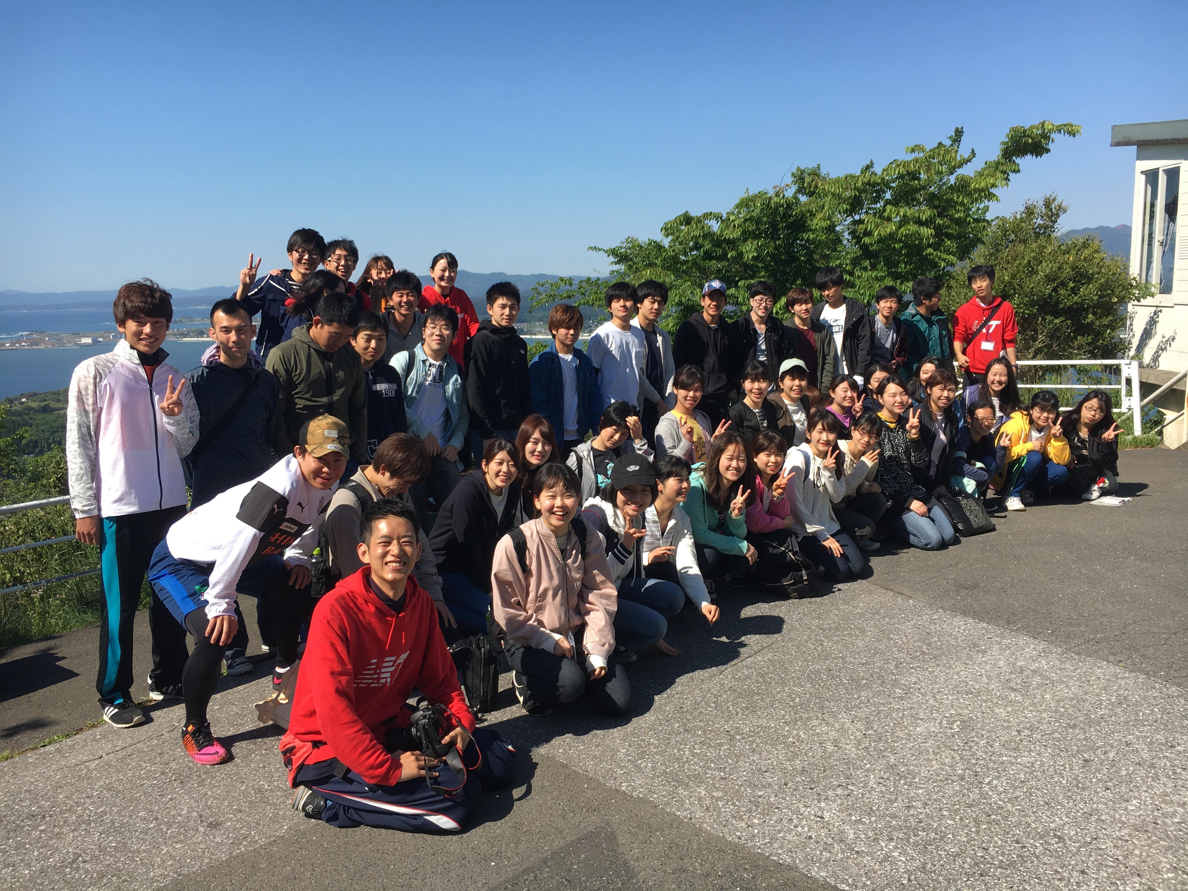 記念写真に納まる参加者たち=宮城県気仙沼市大島で