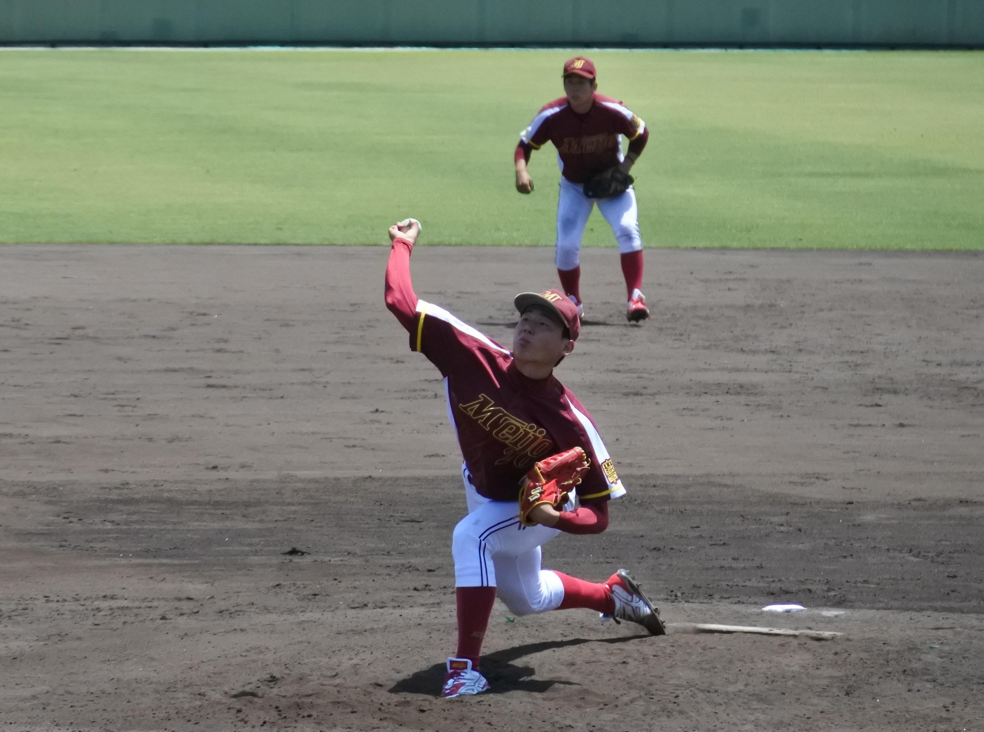 力投する栗林投手。後ろは遊撃の堀井選手